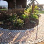 Gartenweg mit Stein