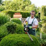 Gärtner bei Gartenarbeit - Team Gärten von Kunkel